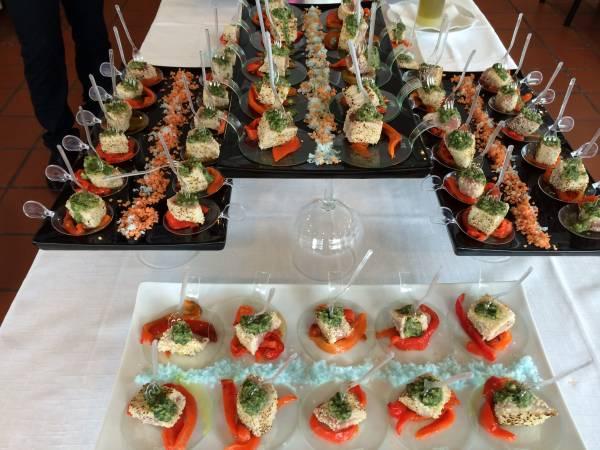 Bocconcini di tonno con sesamo su salsa verde e peperone rosso