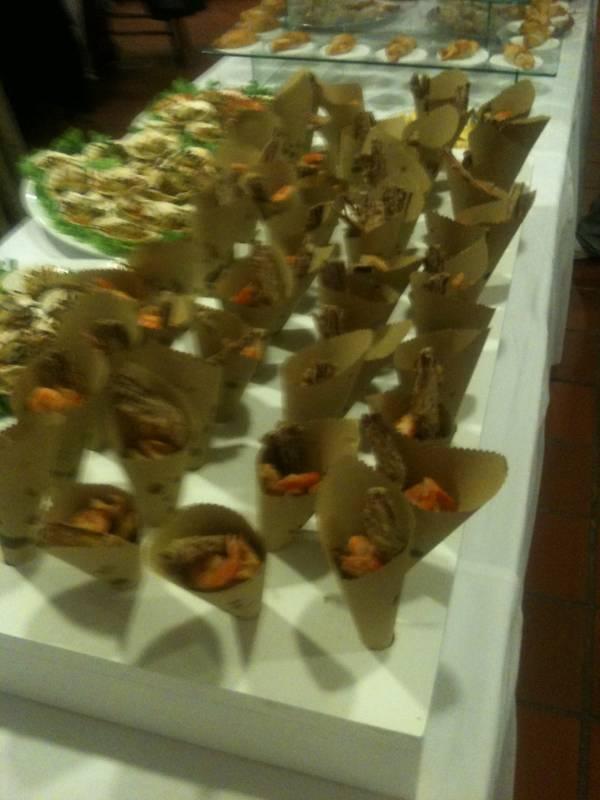Coni con calamari,gamberetti e verdure fritte